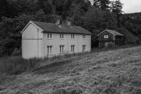 b&w barn