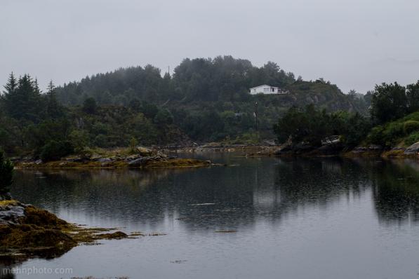 Refleksjoner av en hytte på Foldnes