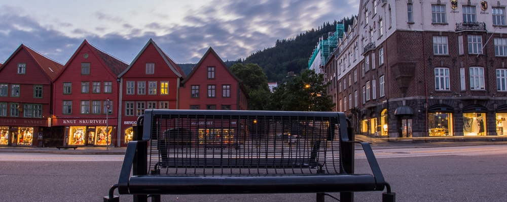 Fotografi av Bryggen og en benk