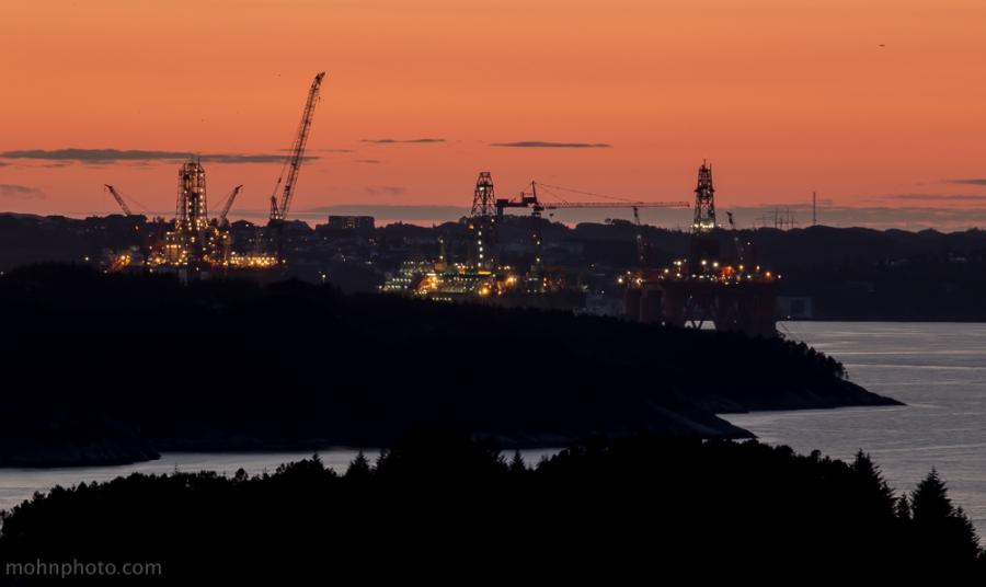 Offshore rigger i solnedgang